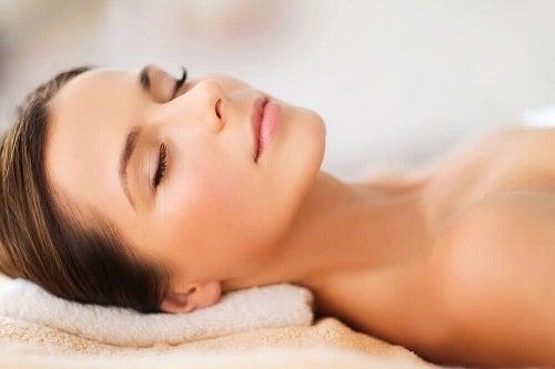 Femeie folosind tratamente cu lămâie pentru o piele superbă