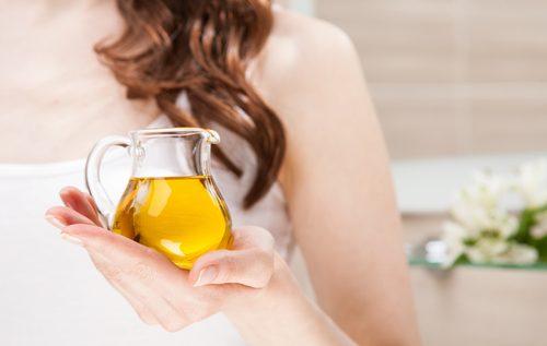 Femeie folosind tratamente naturale pentru sprâncene mai groase