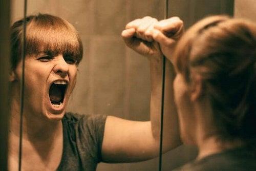 Femeie care are nevoie de trucuri pentru a depăși suferința emoțională