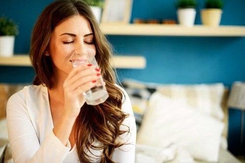 Femeie care încearcă trucuri pentru a trata gastrita