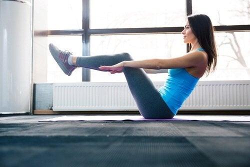 Genunchii la coate pe lista de exerciții pentru un abdomen plat
