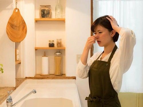 Gospodină copleșită de mirosurile neplăcute din bucătărie și baie