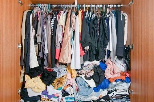 Idei pentru ordonarea hainelor folosind umerașe