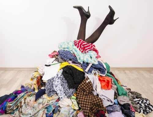7 idei pentru ordonarea hainelor când nu ai un dulap