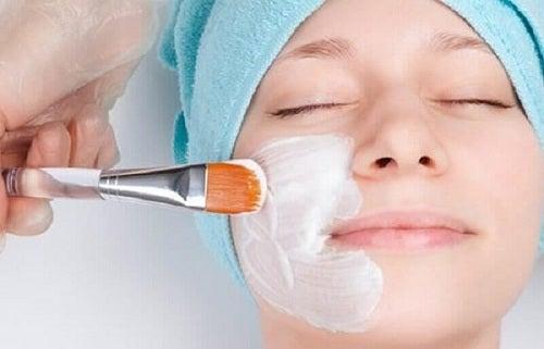 Mască folosită în tratamente pentru coșuri