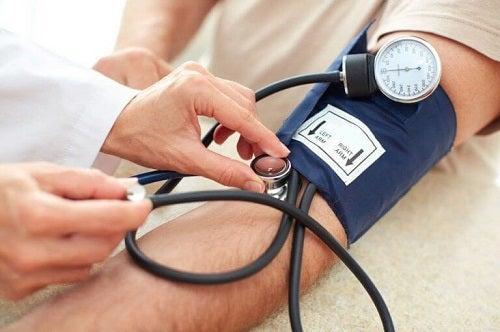 Metode naturale de combatere a hipertensiunii descoperite cu un tensiometru