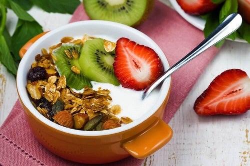 Mic dejun cu puține calorii precum iaurtul cu fructe