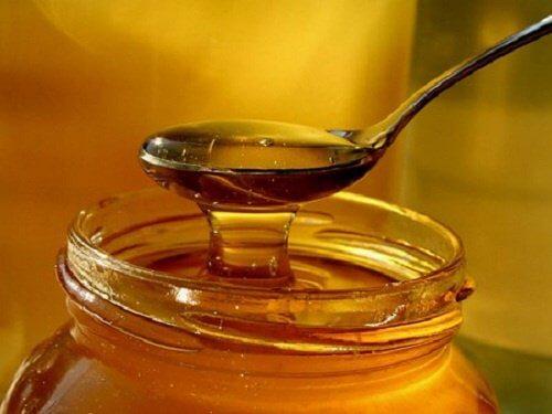 Mierea pe lista de remedii naturale pentru tuse la copii
