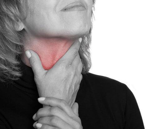 Pacientă manifestând simptome inițiale ale cancerului