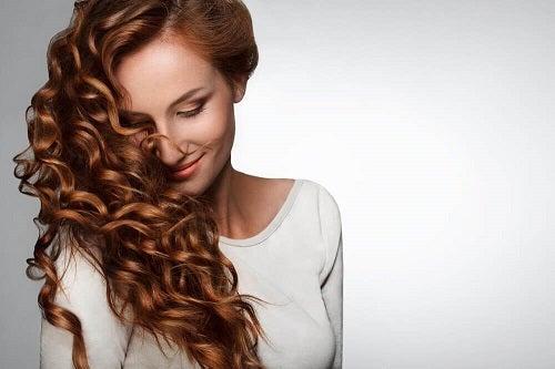 Păr lung cu vitamine esențiale pentru creșterea părului