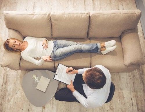 Psiholog recomandând trucuri pentru a depăși suferința emoțională