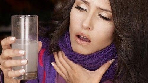 Răgușeala pe lista de simptome timpurii ale cancerului la gât