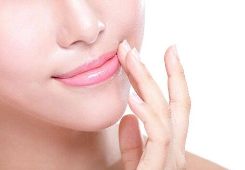 Remedii pentru buzele crăpate cum ar fi balsamul de buze