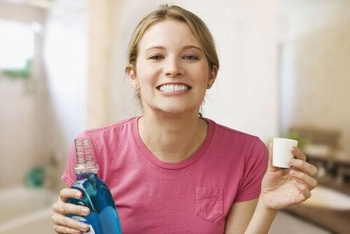 Remedii pentru infecțiile gingivale precum apa de gură