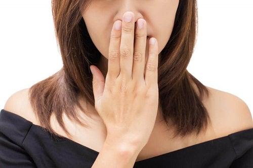 Simptome timpurii ale cancerului la gât precum respirația urât mirositoare