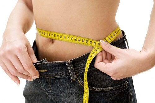 Femeie slăbind cu o dietă săracă în carbohidrați
