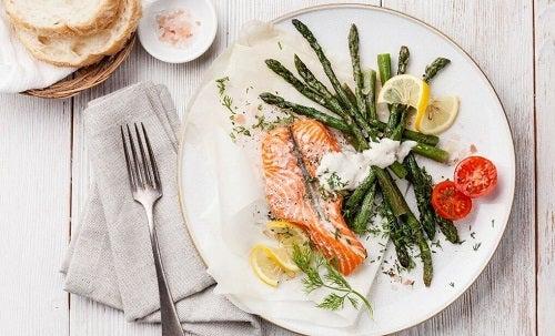 Somon inclus într-o dietă săracă în carbohidrați