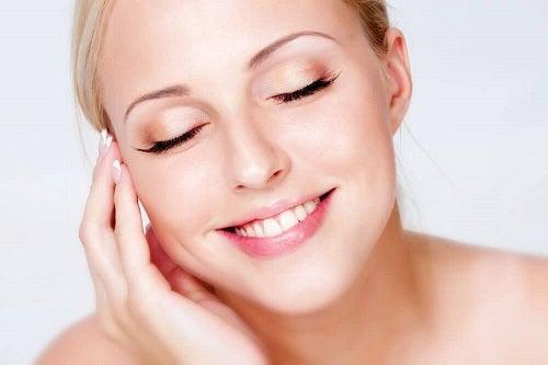 Tânără folosind tratamente cu lămâie pentru o piele superbă
