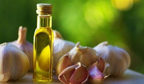 Usturoi inclus în tratamente naturale pentru sprâncene mai groase