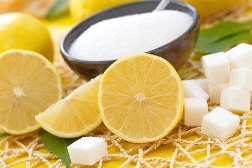 Zahăr inclus în tratamente cu lămâie pentru o piele superbă