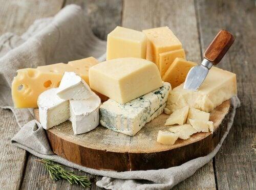 Alimente de evitat seara precum brânza