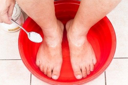 Băile cu bicarbonat pe lista de trucuri pentru picioare frumoase și îngrijite