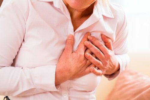 Bărbat care simte semnele unui atac de cord
