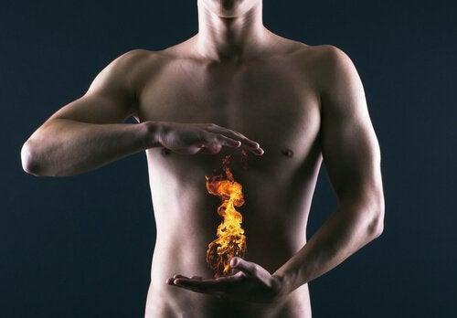 Bărbat cu indigestie ce cauta idei pentru tratarea arsurilor gastrice