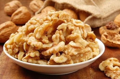 Beneficiile nucilor pentru stomac când sunt consumate cu moderație