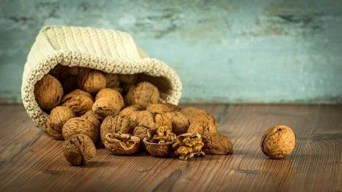 Descoperă beneficiile nucilor pentru stomac