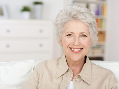 Bunică ce are nevoie de remedii pentru păr cărunt