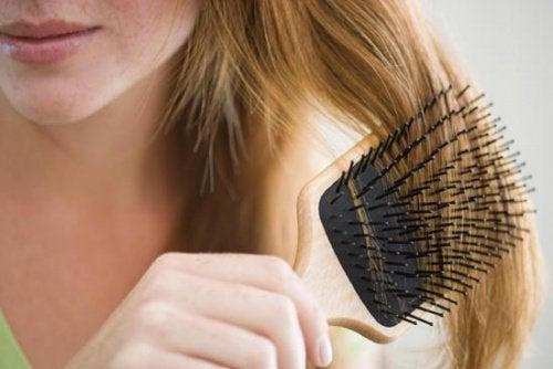 Una din cauzele căderii părului este folosirea unei perii cu peri artificiali
