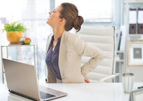 Cauzele durerii de spate la o femeie ce stă la birou