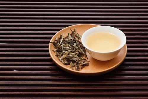 Ceaiul alb pe lista de băuturi care stimulează pierderea în greutate
