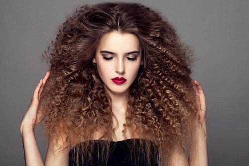 Coafuri pentru părul creț mai excentrice