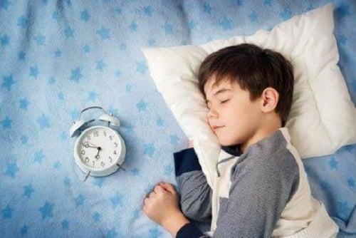 Consecințe ale culcatului târziu la copii precum lipsa de energie