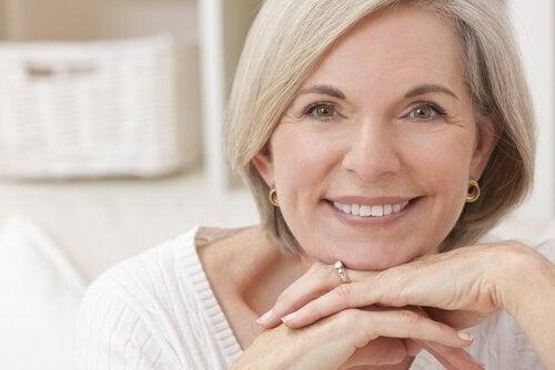 Doamnă care se interesează de probleme de sănătate la menopauză