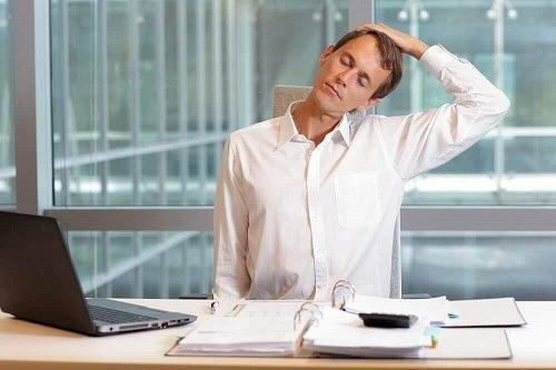 Exerciții pentru reducerea durerii cervicale la birou