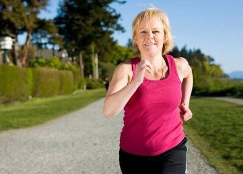 Femeie ce face exerciții pentru a nu avea probleme de sănătate la menopauză