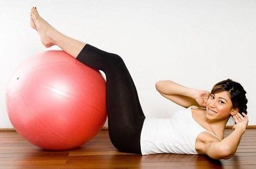 Fată care face exerciții căutând soluții pentru scăderea glicemiei