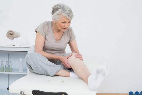 Femeie ce aplică întrebuințările uleiului de lavandă în dureri