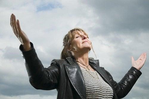 Gândirea pozitivă ajutând o femeie să depășească criza vârstei de mijloc