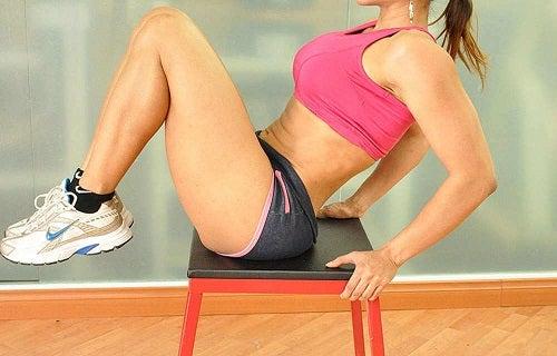 Genunchii la piept pe lista de exerciții care accelerează metabolismul