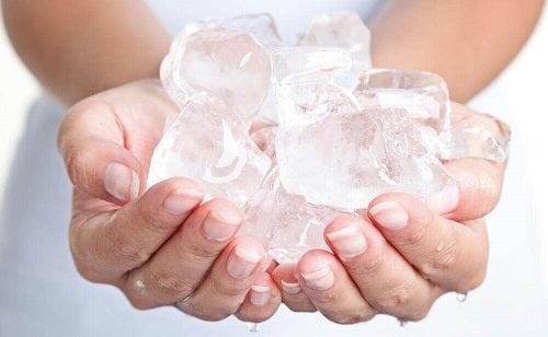 Gheața combinată cu exerciții pentru reducerea durerii cervicale