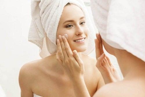 Femeie ce descoperă întrebuințările uleiului de lavandă în cosmetică