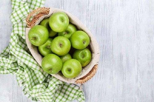 Mere verzi ca ingredient în salate detoxifiante care curăță colonul