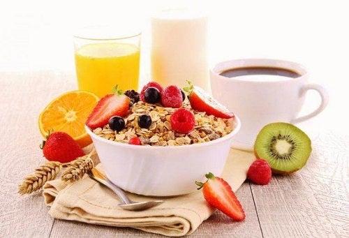 Un mic dejun bun pe lista de trucuri pentru a elimina grăsimea abdominală