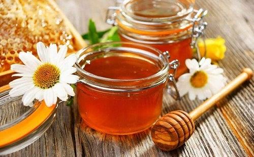 Mierea folosită pentru a trata cicatricile lăsate de acnee