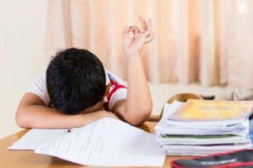 Oboseala pe lista de consecințe ale culcatului târziu la copii