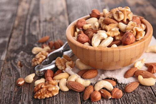 Fructele oleaginoase sunt alimente care combat pierderile de memorie